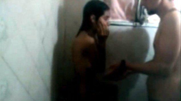 foi-tomar-banho-com-a-irma-na-brincadeira-acabou-comendo-o-cu-dela
